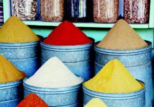 épices de plusieurs couleurs utilisées en ayurveda