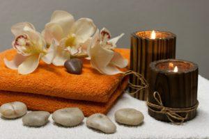 decors de massage ayurvedique avec bougies, fleurs et galets